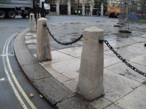 гранитные столбики